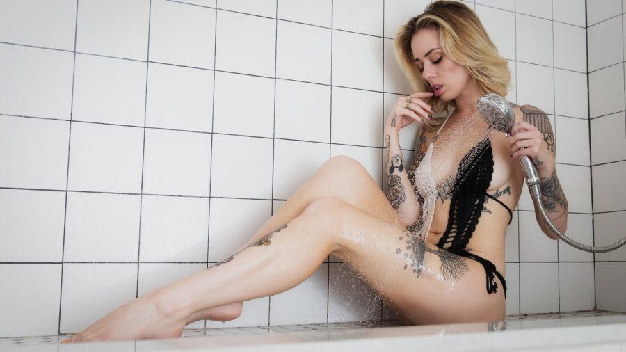 сексуальная девушка в душе
