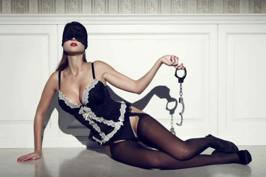 девушка с наручниками