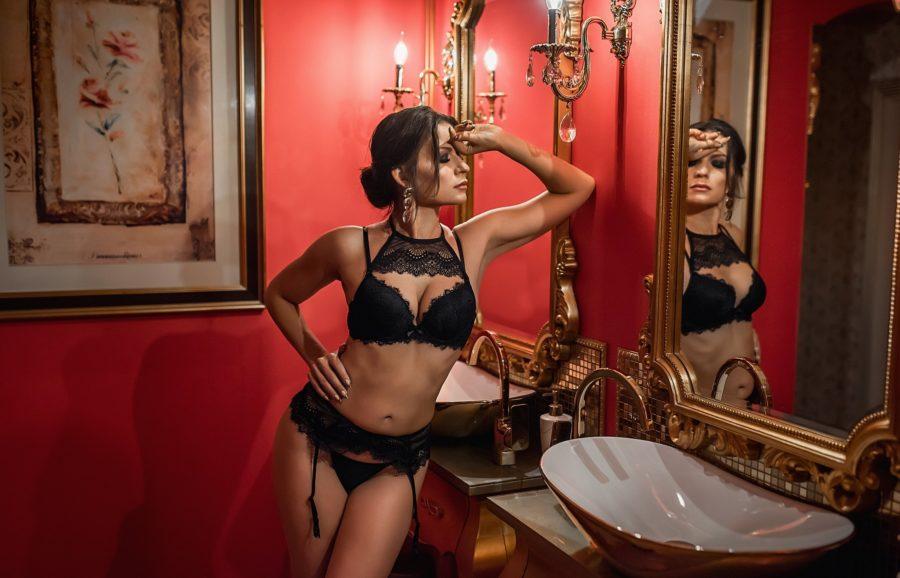 сексуальная девушка перед зеркалом