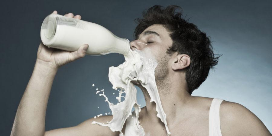 парень пьет молоко