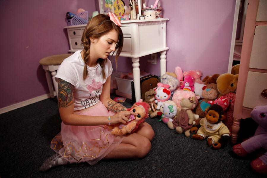 взрослая девушка играет в игрушки