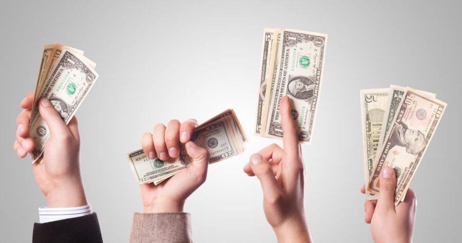 мужчина дает деньги бывшей