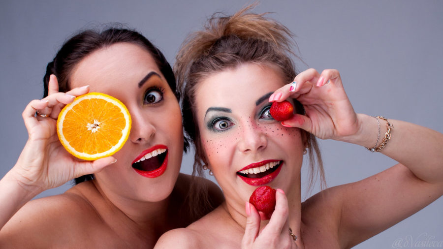 девушки с фруктами