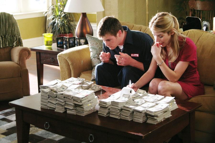 помогать девушке с деньгами