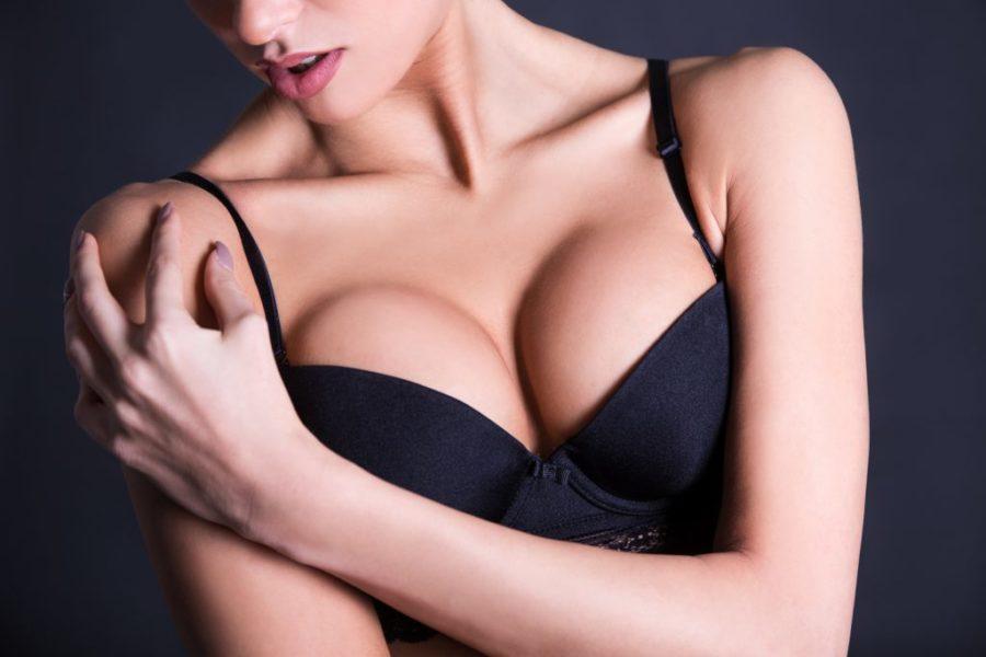 У девушки маленькая грудь