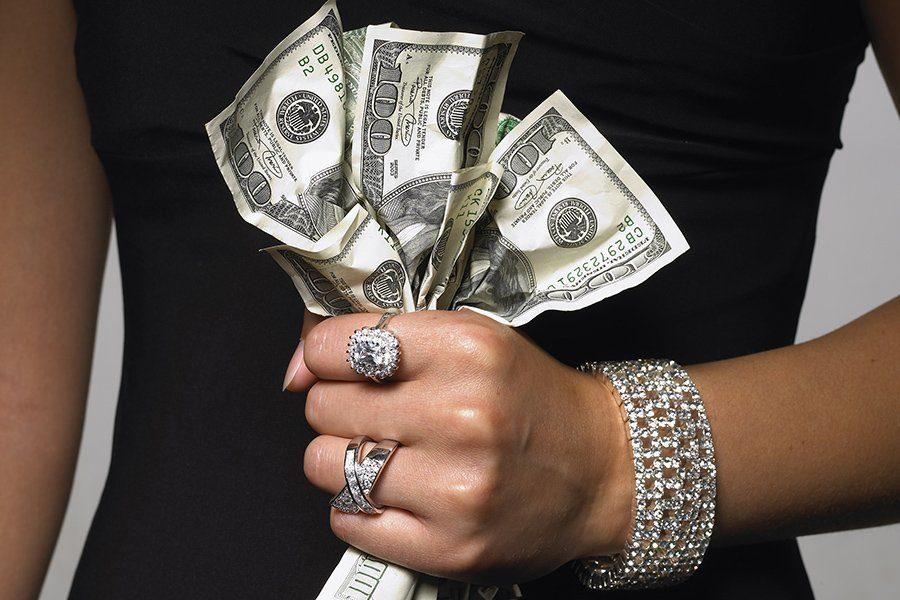тянет на мужчин с деньгами