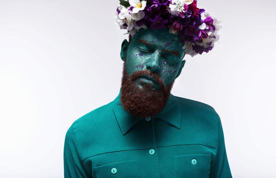 мужчина с цветами на голове