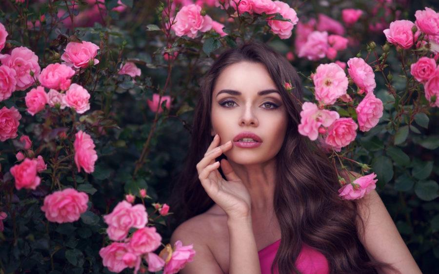 девушка и розовые цветы