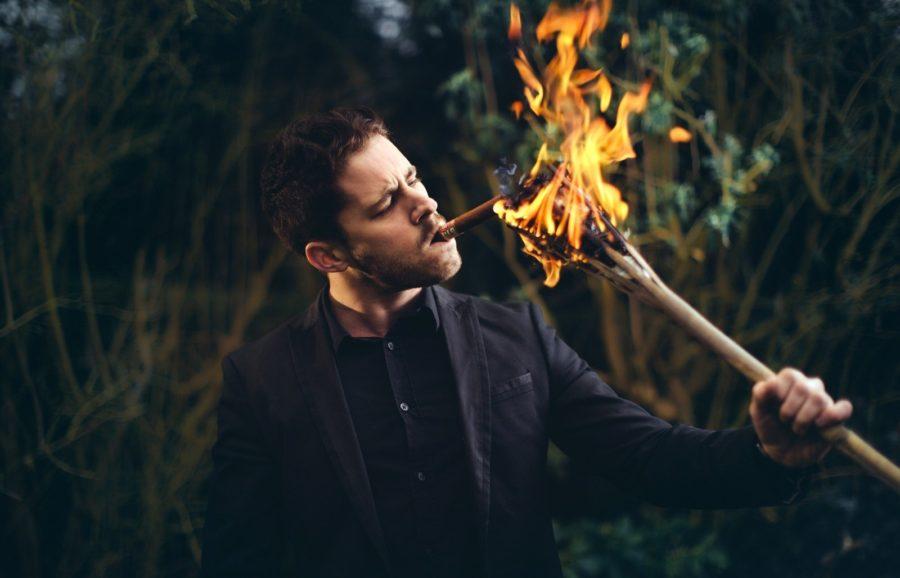 мужчина держит факел