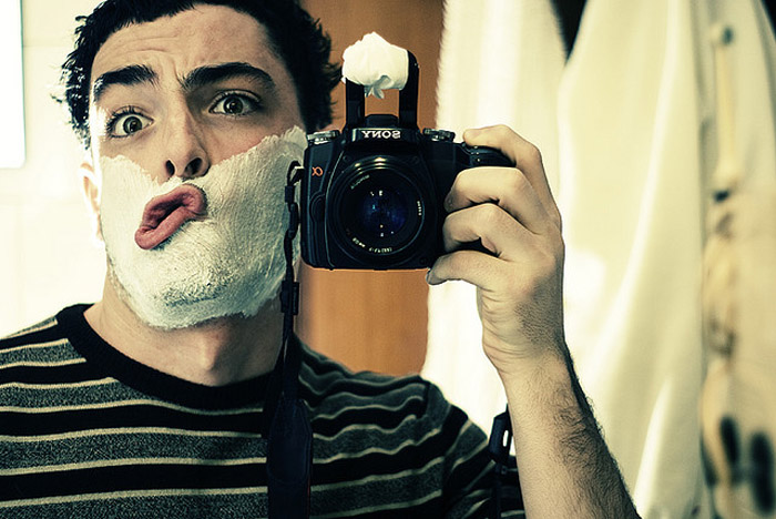 парень у зеркала