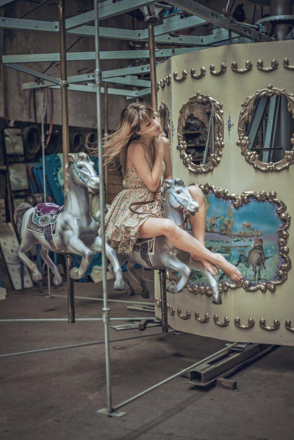 девушка катается на карусели