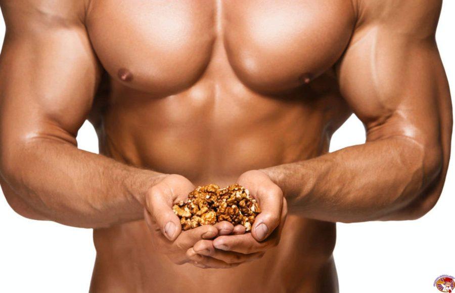 мужчина ест орехи