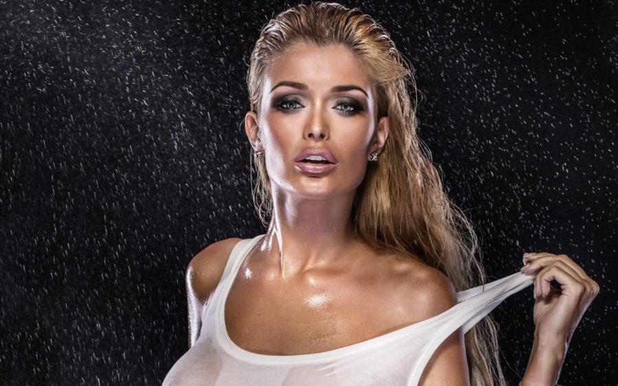 девушка в мокрой майке