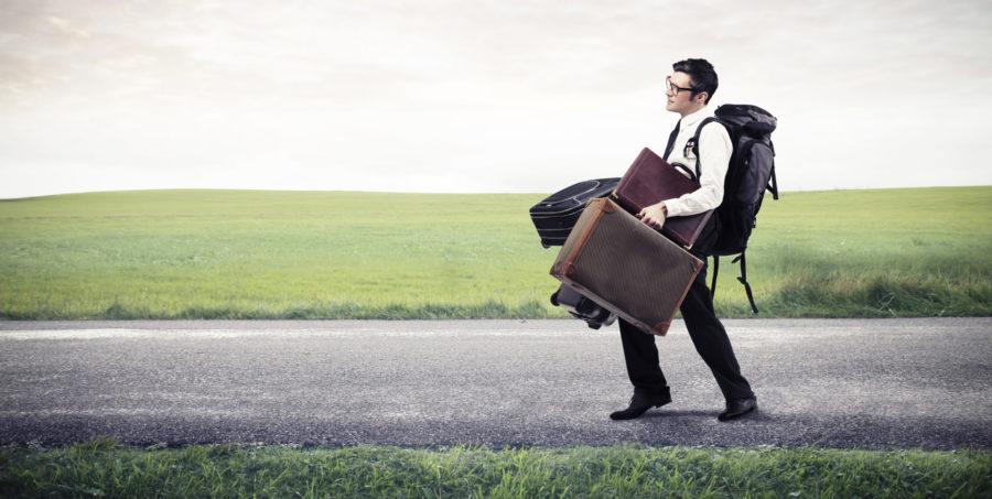 мужчина с сумками уходит