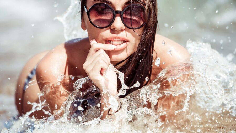девушка в брызгах воды