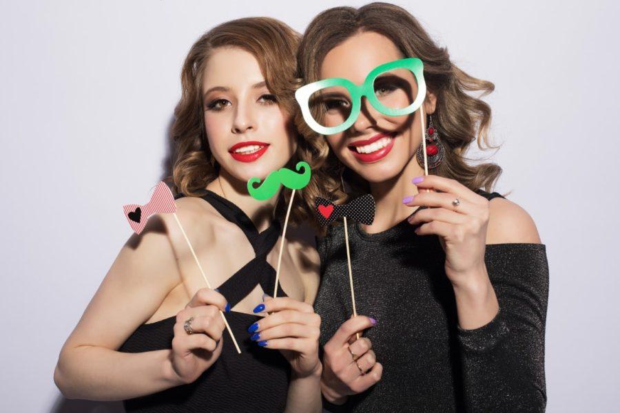 две девушки с масками
