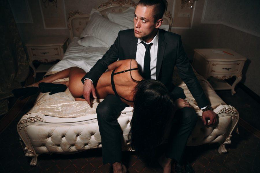 девушка на кровати с мужчиной