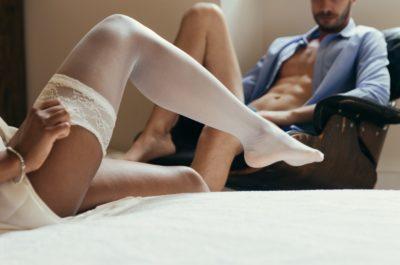 Мужчины и женщины занимающие сексом