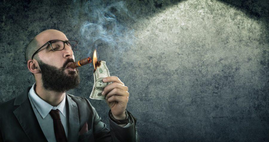 мужчина подкуривает от денег