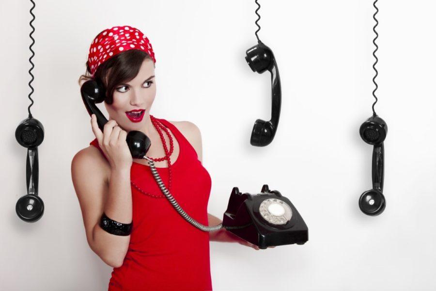 девушка с черным телефоном