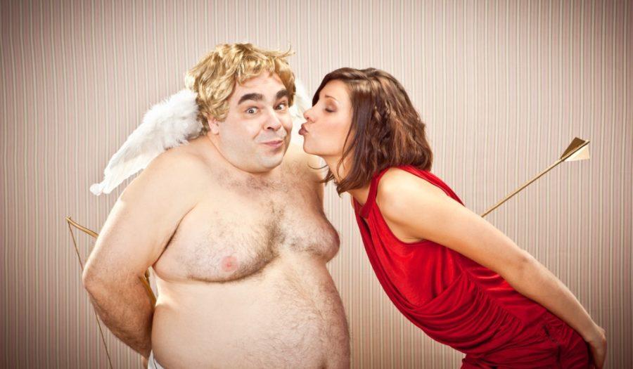 девушка целует купидона