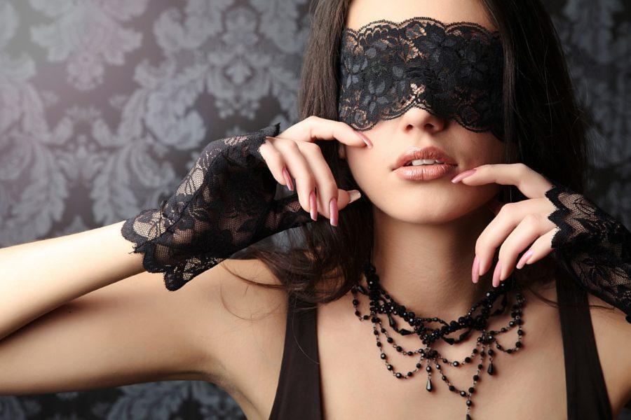 девушка с черной повязкой