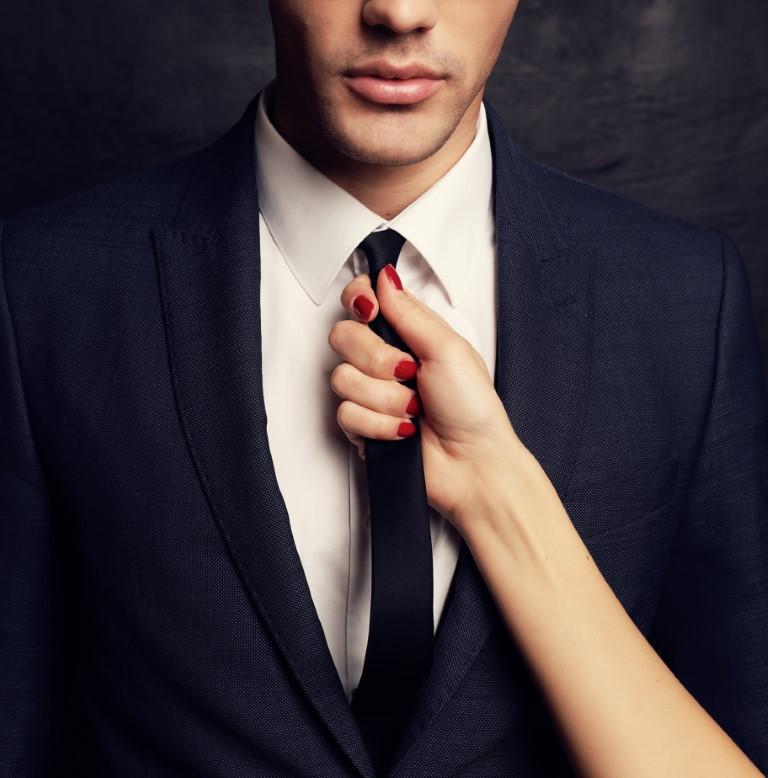 женская рука держит галстук