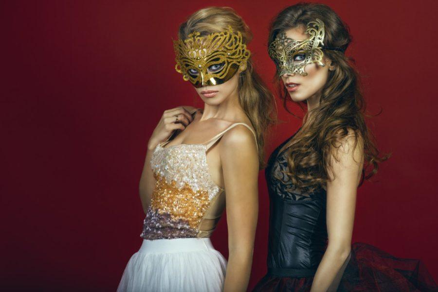 две девушки в масках