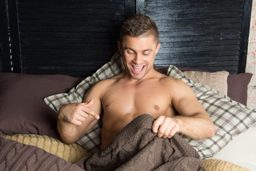 парень под одеялом