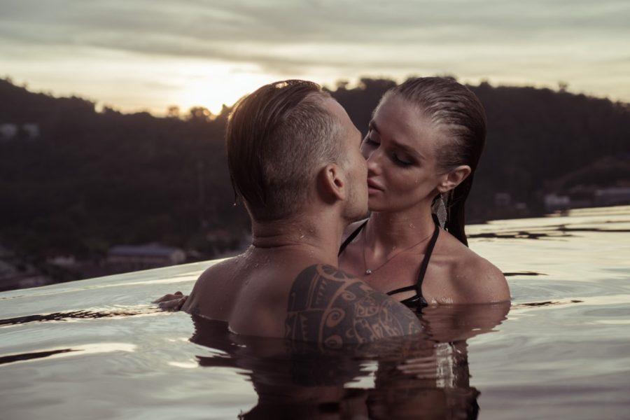 парень с девушкой в реке целуются