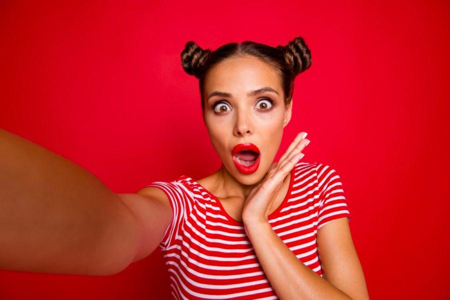 удивленная девушка на красном фоне