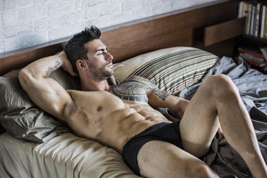 парень на кровати