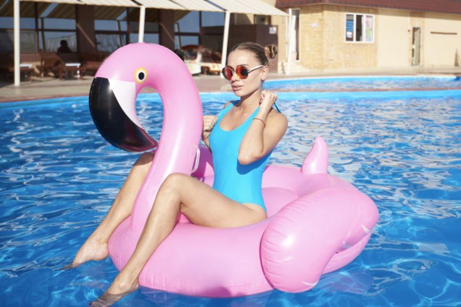 девушка в купальнице и на надувном фламинго