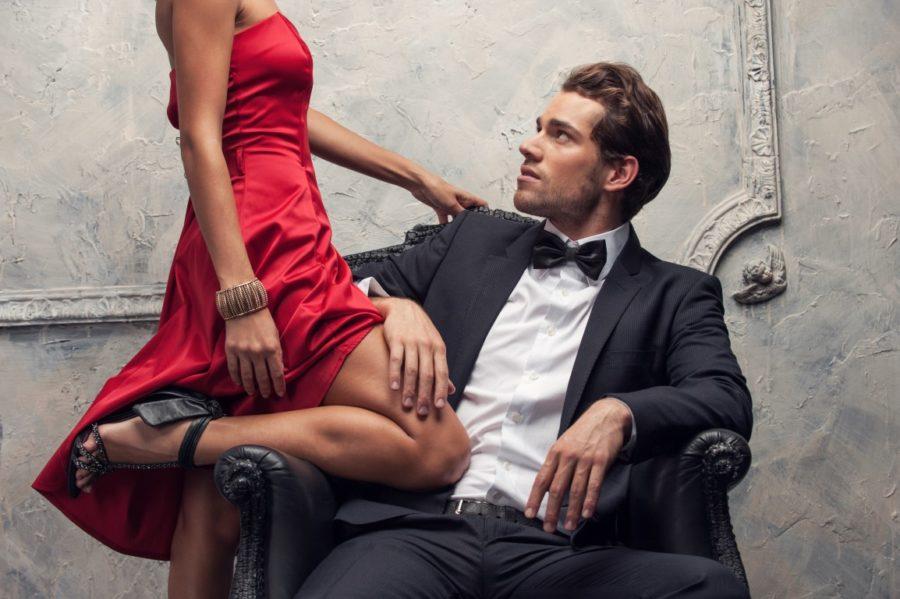 женщина в красном мужчина в кресле