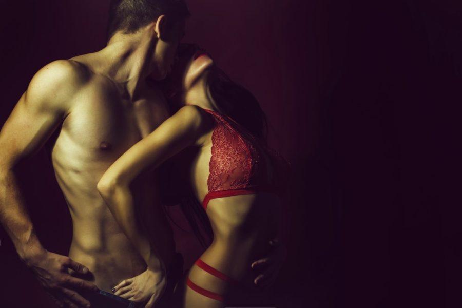 парень и девушка в красном белье