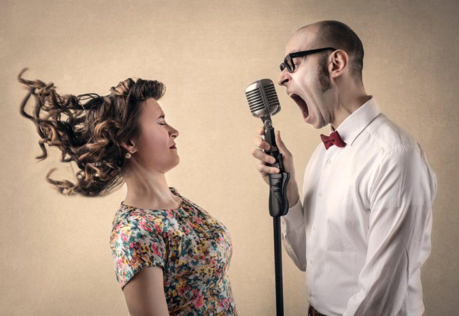мужчина кричит на девушку