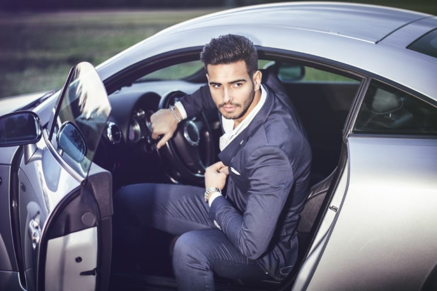 красивый парень в машине