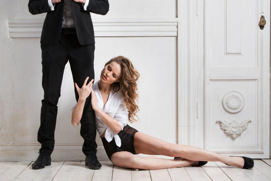 девушка в ногах у мужчины