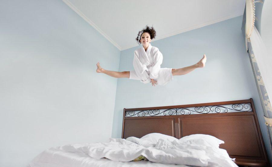 женщина в спальне