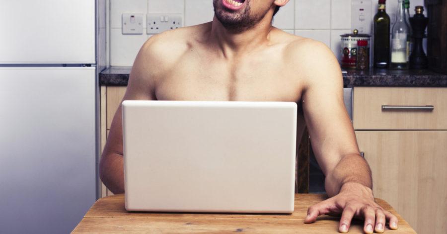 мужчина смотрит порно