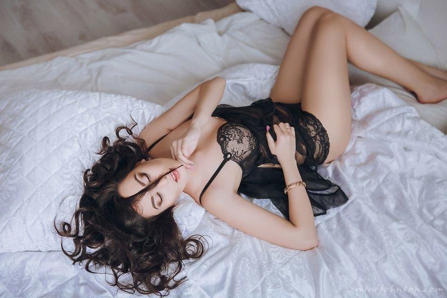 девушка лежит в нижнем белье