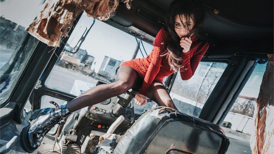 девушка в тракторе