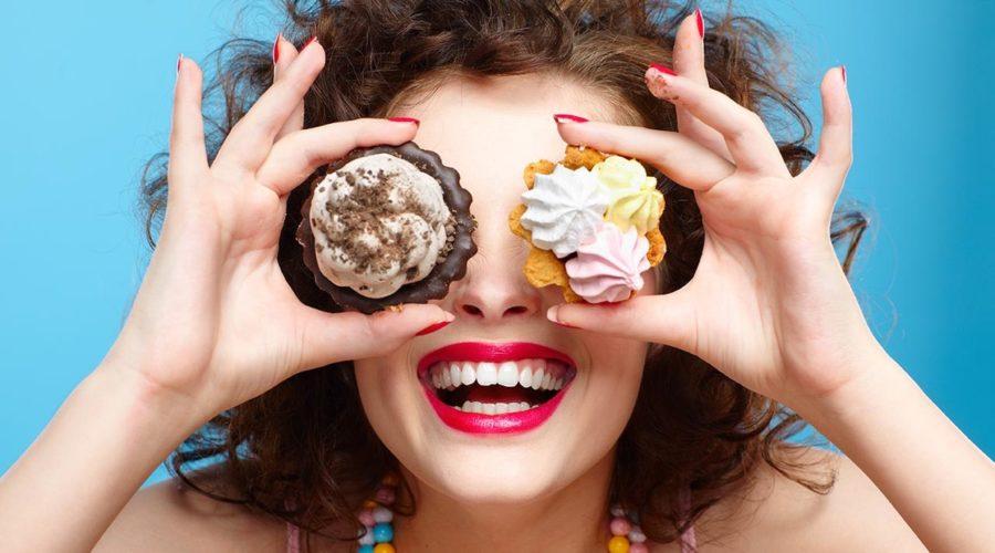 девушка с пирожным
