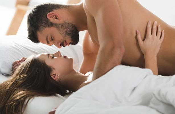 смотрит в глаза во время секса
