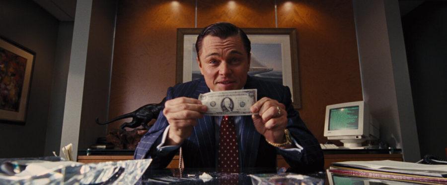 мужчина держит банкноту