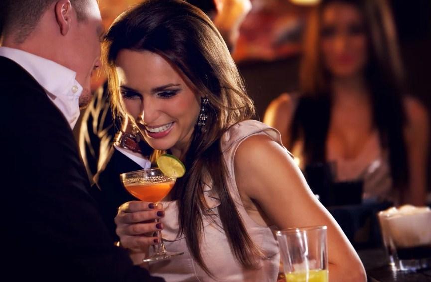 Девушка знакомится в баре