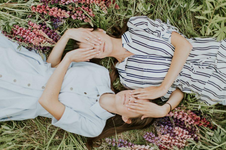 две девушки закрывают глаза