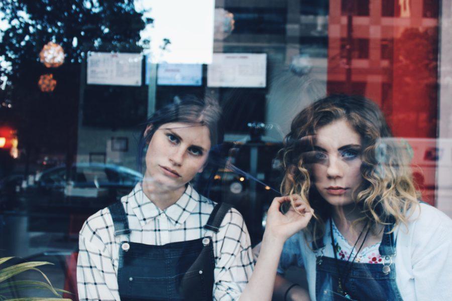 две девушки за окном