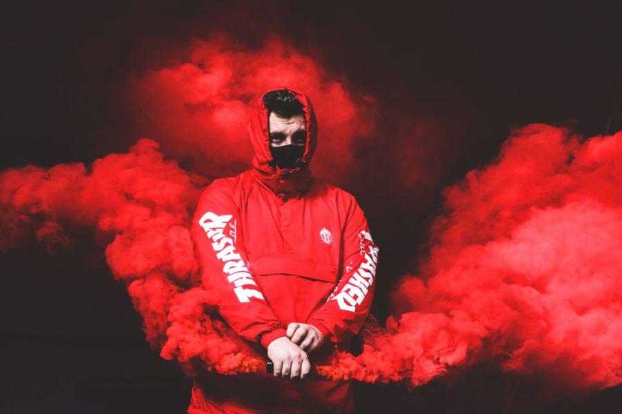 парень в красном