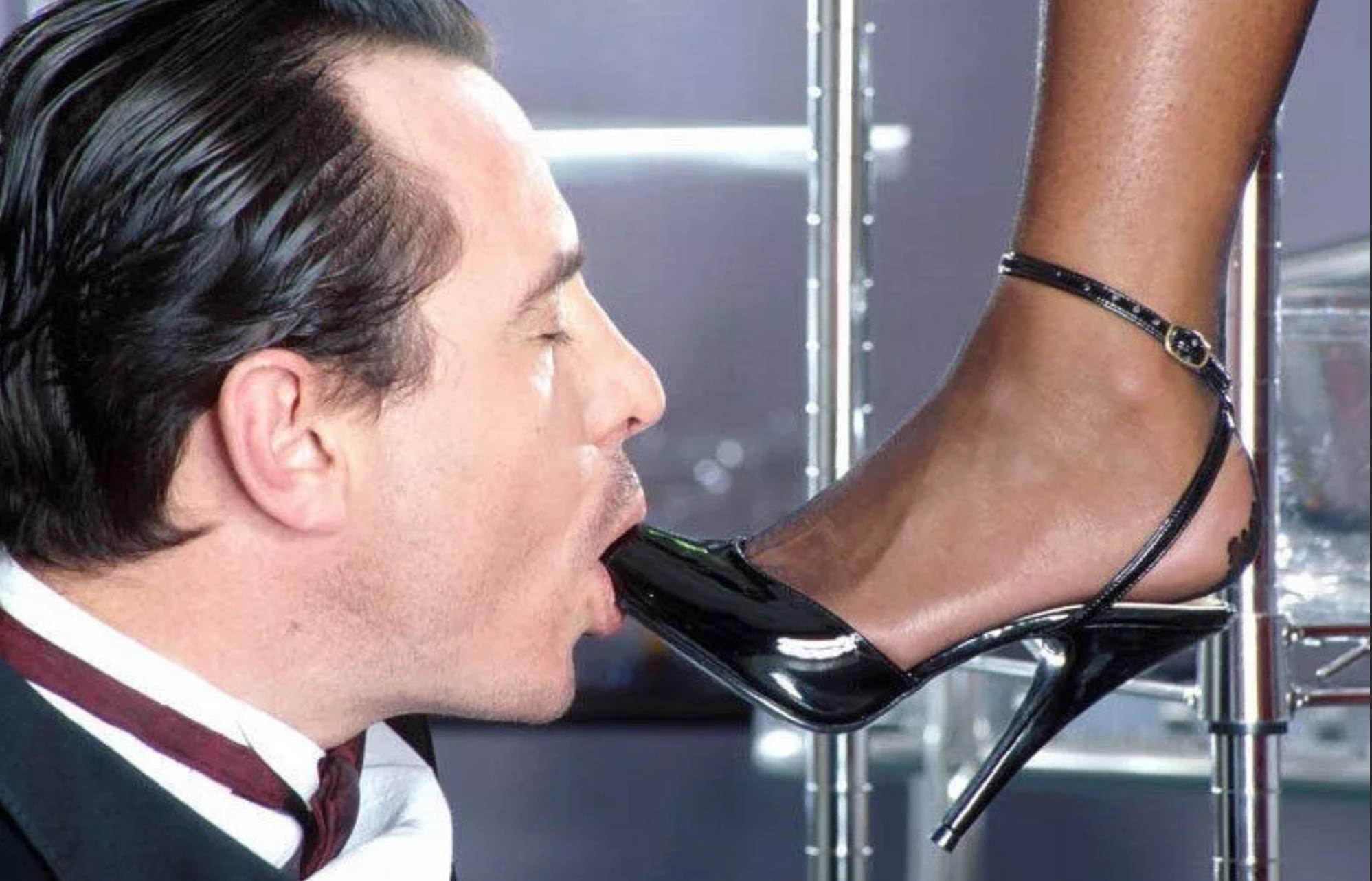 Сосет парень туфли госпоже